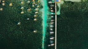 Αποβάθρα με τις βάρκες στη θάλασσα, εναέρια άποψη Στρατηγός Luna, νησί Siargao απόθεμα βίντεο