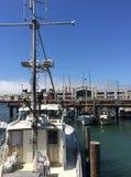 Αποβάθρα με τις βάρκες στο Σαν Φρανσίσκο μια ηλιόλουστη ημέρα στοκ φωτογραφία με δικαίωμα ελεύθερης χρήσης