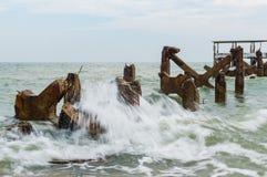 Αποβάθρα πετρών, θάλασσα κυμάτων παφλασμών Στοκ Φωτογραφίες