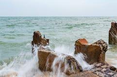Αποβάθρα πετρών Destroed, θάλασσα κυμάτων παφλασμών Στοκ εικόνα με δικαίωμα ελεύθερης χρήσης