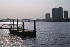 Αποβάθρα ποταμοπλοίων Phraya Chao ενάντια στη γέφυρα και την οικοδόμηση Στοκ εικόνα με δικαίωμα ελεύθερης χρήσης