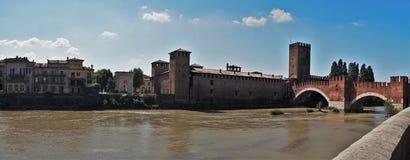 Αποβάθρα ποταμών Adige στην παλαιά πόλη Ιταλία της Βερόνα Στοκ εικόνα με δικαίωμα ελεύθερης χρήσης