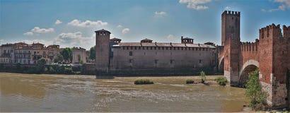 Αποβάθρα ποταμών Adige στην παλαιά πόλη Ιταλία της Βερόνα Στοκ Εικόνες
