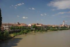 Αποβάθρα ποταμών Adige στην παλαιά πόλη Ιταλία της Βερόνα Στοκ φωτογραφία με δικαίωμα ελεύθερης χρήσης