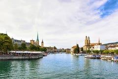 Αποβάθρα ποταμών Limmat και τρεις εκκλησίες της Ζυρίχης Ελβετός Στοκ φωτογραφία με δικαίωμα ελεύθερης χρήσης