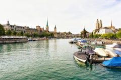 Αποβάθρα ποταμών Limmat και τρεις κύριες εκκλησίες της Ζυρίχης Ελβετός Στοκ φωτογραφία με δικαίωμα ελεύθερης χρήσης