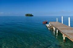 Αποβάθρα που οδηγεί σε ένα νησί Στοκ Εικόνες