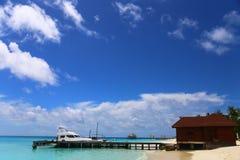 Αποβάθρα σε ένα τροπικό νησί με έναν μπλε ουρανό μια ηλιόλουστη ημέρα Στοκ Εικόνες