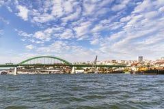Αποβάθρα σκαφών Savamala στον ποταμό Sava με τις παλαιά φορτηγίδες ρυμουλκών σκαφών γερανών και τα κουκκιστήρια - ιστορική φωτογρ στοκ εικόνες