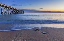 Αποβάθρα στην ακτή της Κασπίας Θάλασσα κοντά στο Μπακού φλυάρων στοκ εικόνες