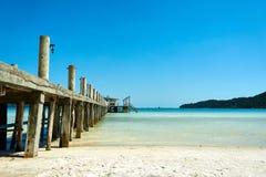 Αποβάθρα στην παραλία στη συμπαθητική ηλιόλουστη θερινή ημέρα Koh νησί Rong Sanloem, Saracen κόλπος Καμπότζη, Ασία στοκ φωτογραφία
