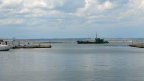 Αποβάθρα στη θάλασσα και το σκάφος, ποια πανιά στο θαλάσσιο λιμένα της Οδησσός Θαλάσσιος λιμένας, φορτηγό πλοίο, κύματα, αποβάθρα απόθεμα βίντεο