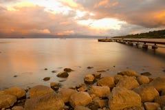 Αποβάθρα στη λίμνη Villarrica στο ηλιοβασίλεμα στοκ εικόνα με δικαίωμα ελεύθερης χρήσης