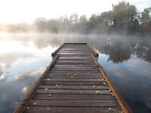 Αποβάθρα στη misty λίμνη πρωινού Στοκ Εικόνες