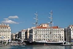 Αποβάθρα στον παλαιό λιμένα της Μασσαλίας με τις σύγχρονες πολυκατοικίες και το όμορφο με δύο ιστία schooner Marcelinoυ Στοκ φωτογραφίες με δικαίωμα ελεύθερης χρήσης