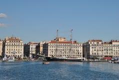 Αποβάθρα στον παλαιό λιμένα της Μασσαλίας με τις σύγχρονες πολυκατοικίες και το όμορφο με δύο ιστία schooner Marcelinoυ Στοκ εικόνα με δικαίωμα ελεύθερης χρήσης