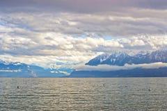 Αποβάθρα της Λωζάνης της λίμνης και των βουνών της Γενεύης στην Ελβετία Στοκ Εικόνα