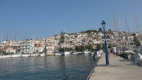 Αποβάθρα της μαρίνας του νησιού του Πόρου στην Ελλάδα απόθεμα βίντεο