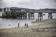 Αποβάθρα Beaumaris, άνθρωποι στην παραλία, νεφελώδης ουρανός, δίκαιος καιρός στοκ εικόνες