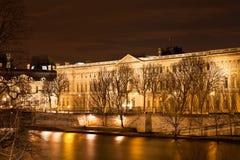 Quai du louvre στο Παρίσι τη νύχτα στοκ φωτογραφία με δικαίωμα ελεύθερης χρήσης