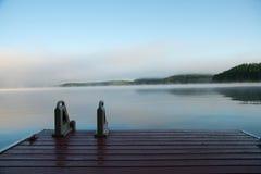 Αποβάθρα Muskoka σε μια misty λίμνη πρωινού Στοκ Φωτογραφία
