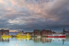 Αποβάθρα Poole στο Dorset με τις αντανακλάσεις βαρκών στη θάλασσα Στοκ Εικόνες
