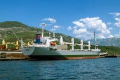 Αποβάθρες επισκευής σκαφών με τα σκάφη στον κόλπο Kotor Άποψη από Στοκ Φωτογραφίες