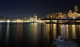 Αποβάθρες και μεσαιωνικό κάστρο στη θάλασσα - προκυμαία Rapallo Στοκ εικόνα με δικαίωμα ελεύθερης χρήσης