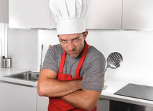 Αποβουτυρωτής εκμετάλλευσης ατόμων και κυλώντας καρφίτσα στην κουζίνα καπέλων ποδιών και μαγείρων στο σπίτι Στοκ Φωτογραφίες