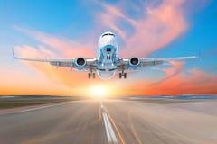 Απογείωση αεροπλάνων από τον αερολιμένα διαδρόμων το βράδυ στο ηλιοβασίλεμα, τον ουρανό και τα γραφικά σύννεφα στοκ φωτογραφίες με δικαίωμα ελεύθερης χρήσης