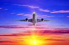 Απογείωση αεροπλάνων στα πλαίσια των ακτίνων ηλιοβασιλέματος βραδιού Στοκ φωτογραφία με δικαίωμα ελεύθερης χρήσης