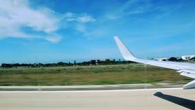 Απογείωση αεροσκαφών _ καραϊβικός μπλε λευκό ουρανού σύννε απόθεμα βίντεο