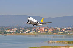 απογείωση αεροσκαφών στοκ φωτογραφία με δικαίωμα ελεύθερης χρήσης