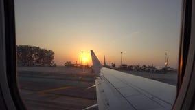 Απογείωση από τον αερολιμένα Άποψη από το παράθυρο των αεροσκαφών, ηλιοβασίλεμα, ουρανός, διάδρομος απόθεμα βίντεο