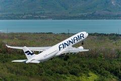 Απογείωση εναέριων διαδρόμων Finnair στον αερολιμένα Phuket Στοκ Εικόνα