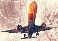 Απογείωση ενός αεροσκάφους με τη διπλή έκθεση του αερολιμένα Στοκ φωτογραφίες με δικαίωμα ελεύθερης χρήσης