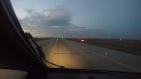 Απογείωση επιβατών αεροπλάνου από τον αερολιμένα στην ανατολή, η άποψη από το πιλοτήριο απόθεμα βίντεο