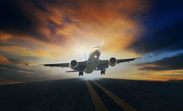 Απογείωση επιβατών αεροπλάνου από τους διαδρόμους ενάντια στο όμορφο σκοτεινό SK στοκ φωτογραφία με δικαίωμα ελεύθερης χρήσης