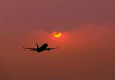 Απογείωση πετάγματος αεροπλάνων σκιαγραφιών στο ηλιοβασίλεμα Στοκ Φωτογραφίες