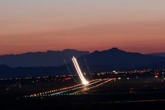 Απογείωση στο ηλιοβασίλεμα στοκ φωτογραφία με δικαίωμα ελεύθερης χρήσης