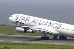 Απογείωση του αεροπλάνου στον αερολιμένα Domodedovo από το διάδρομο Στοκ φωτογραφίες με δικαίωμα ελεύθερης χρήσης