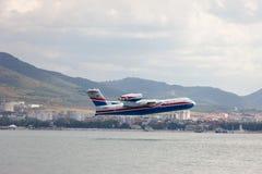 Απογείωση των αεροσκαφών από μια επιφάνεια του νερού Στοκ φωτογραφία με δικαίωμα ελεύθερης χρήσης