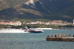 Απογείωση των αεροσκαφών από μια επιφάνεια του νερού Στοκ εικόνα με δικαίωμα ελεύθερης χρήσης