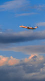 Απογείωση CRJ 100 στο ηλιοβασίλεμα Στοκ Εικόνα