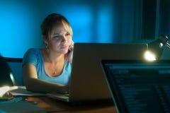 Απογοητευμένη ματαιωμένη γυναίκα που εργάζεται στο PC τη νύχτα Στοκ Εικόνα