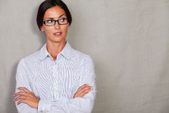 Απογοητευμένη νέα κυρία που φαίνεται μακριάη  Στοκ φωτογραφίες με δικαίωμα ελεύθερης χρήσης