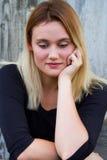 Απογοητευμένη συνεδρίαση γυναικών στοκ φωτογραφία με δικαίωμα ελεύθερης χρήσης