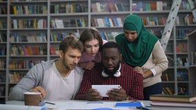 Απογοητευμένοι σπουδαστές που ελέγχουν τον αποτυχημένο διαγωνισμό on-line απόθεμα βίντεο