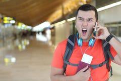 Απογοητευμένος επιβάτης που καλεί τη εξυπηρέτηση πελατών στοκ εικόνα με δικαίωμα ελεύθερης χρήσης