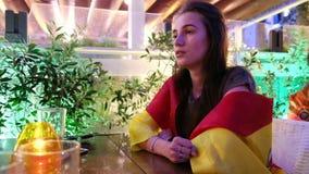 Απογοητευμένος θηλυκός οπαδός ποδοσφαίρου απόθεμα βίντεο